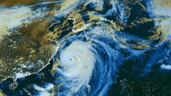 Image du satellite MTSAT02, le 08/07/2014 à 06h00 UTC : le typhon est désormais en mer de Chine.  (Image publiée par Météo-France/CMS le 08/07/2014 à 15h10 heure de Paris)