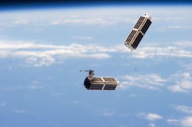 """Deux des 28 satellites """"Dove"""" qui composent la première constellation sont été mis en orbite plus tôt cette année à partir de l'ISS (Photo : NASA)"""