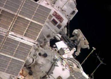 Alors qu'Alexander Skvortsov récupère du matériel à l'intérieur du sas Pirs de la Station, Oleg Artémiev étire ses jambes. (Image NASA TV)
