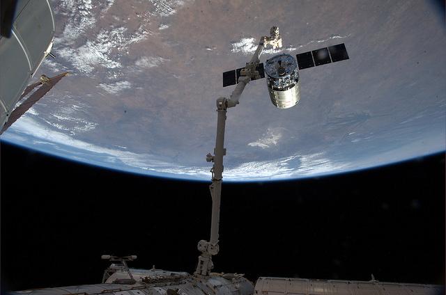 Désaccostage du Cygnus Orb2 le 15 août (photo Alexander Gerst depuis l'ISS)
