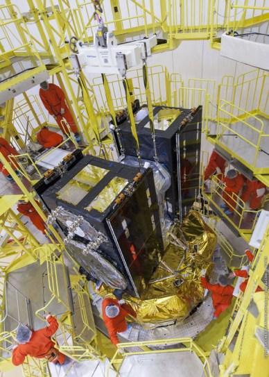 Les cinquième et sixième satellites européens de navigation Galileo, attachés à leur système de distribution, sont fixés à leur tour à l'étage supérieur Fregat qui va les mettre non vers la route jusqu'à leur orbite moyenne. Cet attachement à l'étage supérieur et l'encapsulation ont eu lieu les 14-15 Août 2014 au Centre Spatial Guyanais. ©ESA / CNES / Arianespace