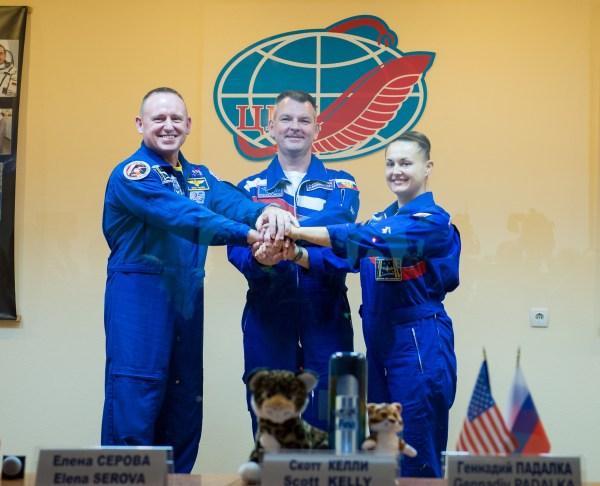 De gauche à droite, Barry Wilmore, Alexander Samokutyaev et Elena Serova, posent pour une photo à la fin de la conférence de presse d'avant lancement le 24/09/14 au  Cosmonaut Hotel à Baikonur (Photo : NASA/Aubrey Gemignani)