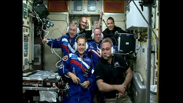 L'équipage au complet de l'Expedition 41 : en noir, Maksim Suraev, Alexander Gerst et Reid Wiseman, et les nouveaux arrivants Aleksandr Samokutyaev, Elena Serova et Barry Wilmore (source NASA TV)