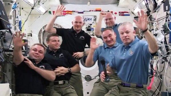 L'astronaute de la NASA Steve Swanson (au premier plan à droite) a remis le commandement de la Station spatiale Internationale au cosmonaute de  Roscosmos, Max Suraev (au premier plan à gauche) mardi après-midi (source NASA TV)