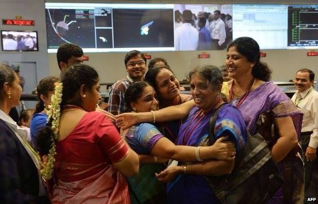 Une partie de l'équipe de l'ISRO se félicite à l'issue de l'insertion martienne réussit de MOM (source AFP)