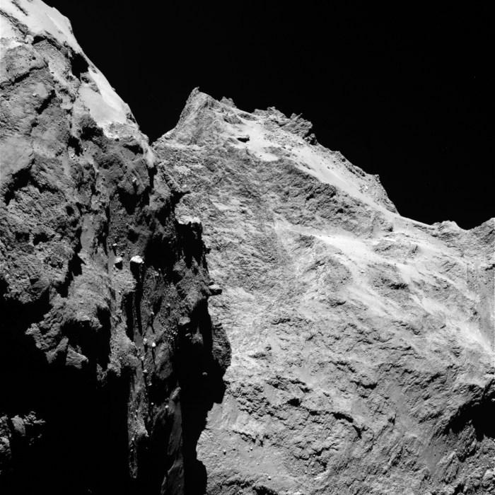 Des falaises abruptes et des rochers importants sont visibles sur cette image prise par la caméra OSIRIS le 5 Septembre 2014, lorsque Rosetta était à une distance de 62 kilomètres de la comète 67P / Churyumov-Gerasimenko. La partie gauche de l'image montre une vue de côté du «corps» de la comète, tandis que la droite est à l'arrière de sa «tête». Un pixel correspond à 1,1 mètres. (Crédit: ESA / Rosetta / MPS pour OSIRIS équipe MPS / UPD / LAM / IAA / SSO / INTA / UPM / DAPS / IDA)