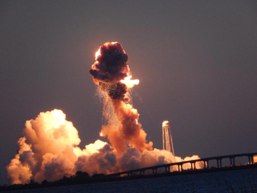 Photo de l'explosion d'Antares le 28/10/14 (source @EddieInTheYard)