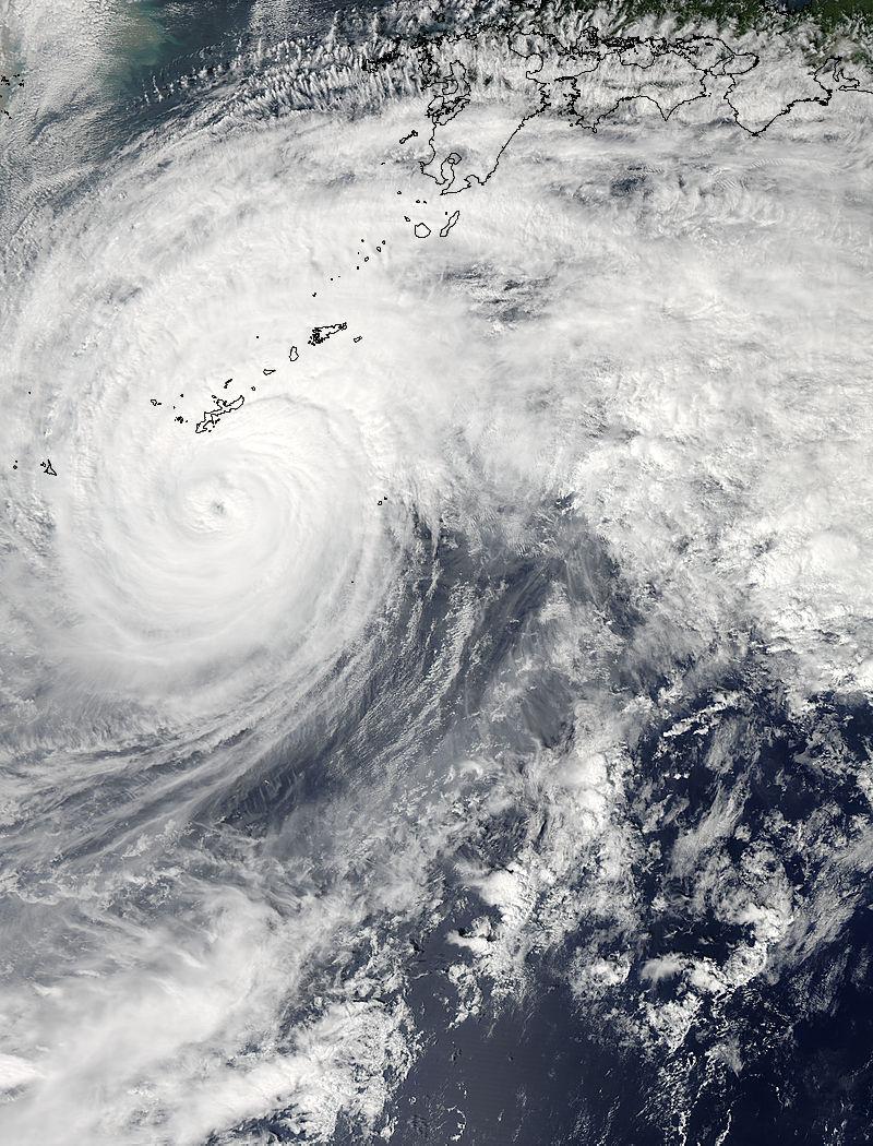 Le satellite Aqua de la NASA survola le Typhon Vongfong le 11 octobre à 04h15 UTC, à l'approche de grandes îles du Japon. (Source de l'image: NASA Goddard MODIS Rapid Response Team)