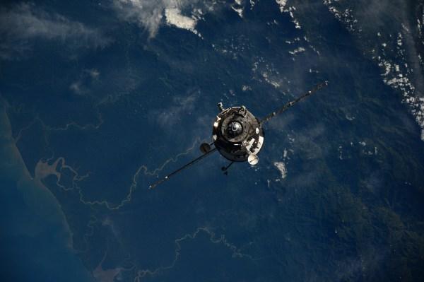 Photo d'Alexander Gerst depuis l'ISS du Progress 57P en approche (crédit NASA/ESA)