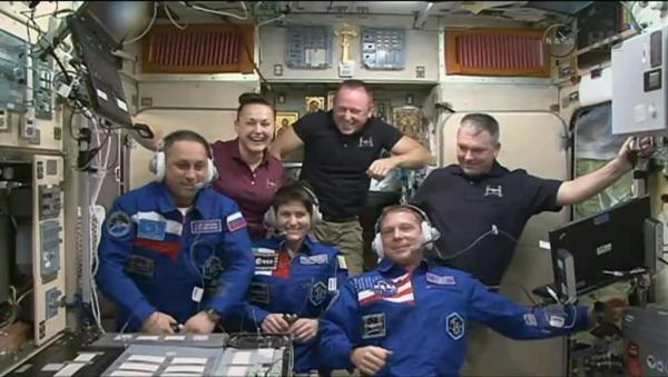 L'équipage au complet lors de la première conférence avec la Terre (source NASA TV)