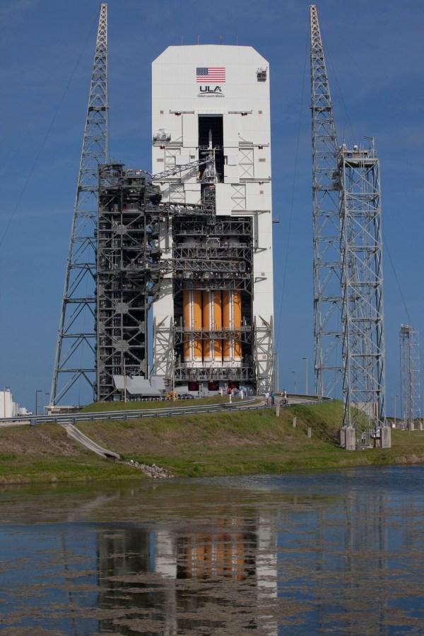 """La fusée lourde d'United Launch Alliance """"Delta IV Heavy"""" qui enverra le vaisseau spatial Orion de la NASA sur son premier essai en vol en Décembre a été déplacé vers sa position de lancement vertical le 1er octobre au Space Launch Complex 37 de Cap Canaveral en Floride. (Crédit image: NASA / Dimitri Gerondidakis)"""