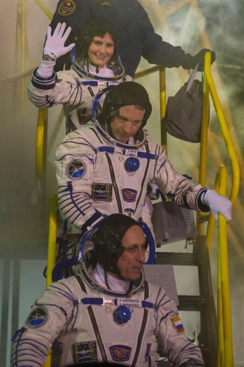 Expedition 42/43, Samantha Cristoforetti, Terry Virts et Anton Shkaplerov, sur le pas de tir , juste avant d'entrer dans l'ascenseur qui les mène jusqu'au sommet de la fusée Soyouz, à Baïkonour, au Kazakhstan, le 23 Novembre 2014 . (©ESA–S. Corvaja, 2014)