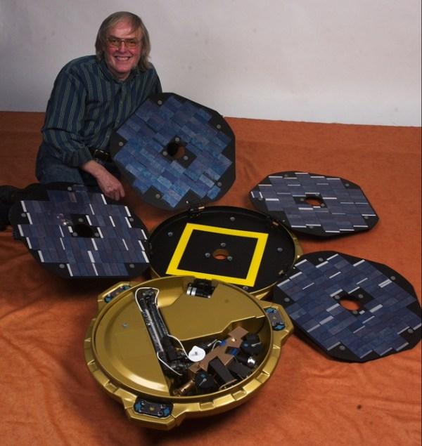Colin Pillinger avec une maquette à l'échelle de Beagle-2. Crédit : Beagle-2 team / Open University