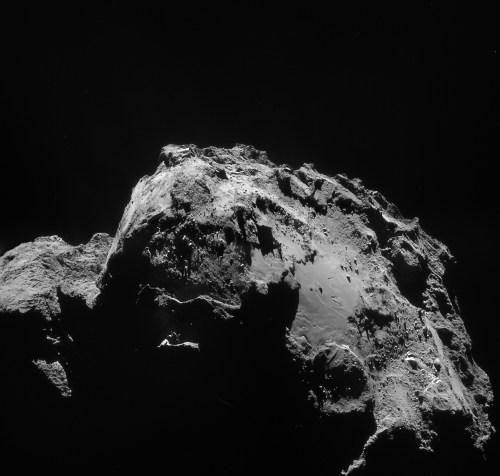 Cette mosaïque de quatre images comprend des images prises à une distance de 28,4 km du centre de la comète 67P / Churyumov-Gerasimenko le 3 Janvier. La résolution de l'image est de 2,4 m / pixel (© ESA / Rosetta / NAVCAM - CC BY-SA 3.0 IGO)