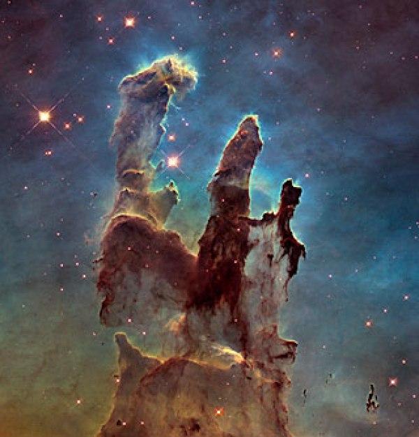 Le télescope spatial Hubble NASA / ESA a revisité l'une de ses images les plus emblématiques et populaires : les Piliers de la Création dans la Nébuleuse de l'Aigle. Cette image montre les piliers dans la lumière visible, capturant la lueur multicolore de nuages de gaz, vrilles vaporeuse de poussière cosmique sombre, et les troncs des piliers célèbres de la nébuleuse en couleur rouille. La poussière et de gaz dans les piliers sont brûlés par l'intense rayonnement des jeunes étoiles et érodé par de forts vents des étoiles massives à proximité. Avec ces nouvelles images, les astronomes peuvent étudier comment la structure des piliers est en train de changer au fil du temps. (Crédit: NASA , ESA / Hubble et l'équipe Hubble Heritage)
