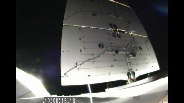 Déploiement d'un des 2 panneaux solaires du Dragon SpX5 (source NASA TV)