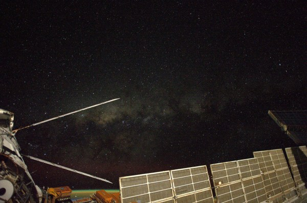 """L'ATV5 sur cette photo d'Alexander Gerst : """"Je ne imaginais pas que le vol à l'espace me donner un point de vue différent de l'ensemble de notre galaxie"""". (Crédits: ESA / NASA)"""