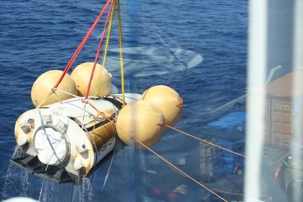 Récupération de l'IXv dans l'Océan Pacifique à l'ouest des Iles Galapagos (crédit ESA)