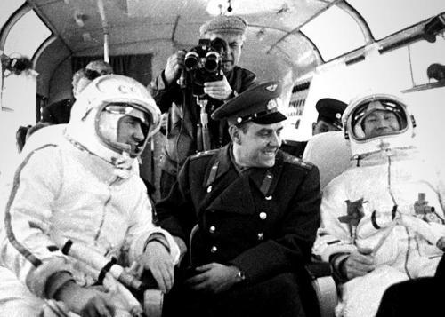 Pavel Belyayev (à gauche) et Alexey Leonov (à droite) en route pour le lancement du Voskhod 2 (credit Ria Novosti/Science Photo Library)