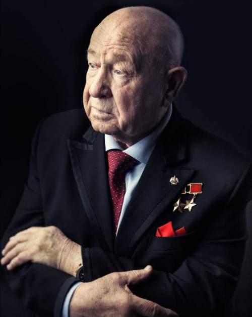 Alexei Leonov, le premier piéton de l'espace, photographié à l'age de 80 ans dans son bureau à Moscou, le 12 mars 2015 (credit Marco Grob, TIME)
