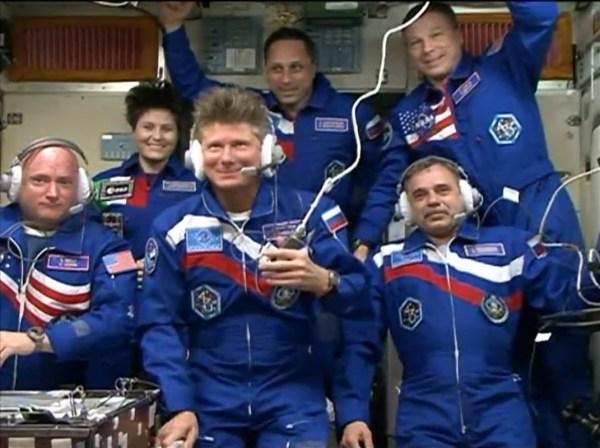Expedition 43 à bord de l'ISS :  (de gauche à droite) Scott Kelly, Samantha Cristoforetti, Gennady Padalka, Anton Shkaplerov, Mikhail Kornienko , Terry Virst (credits NASA TV)