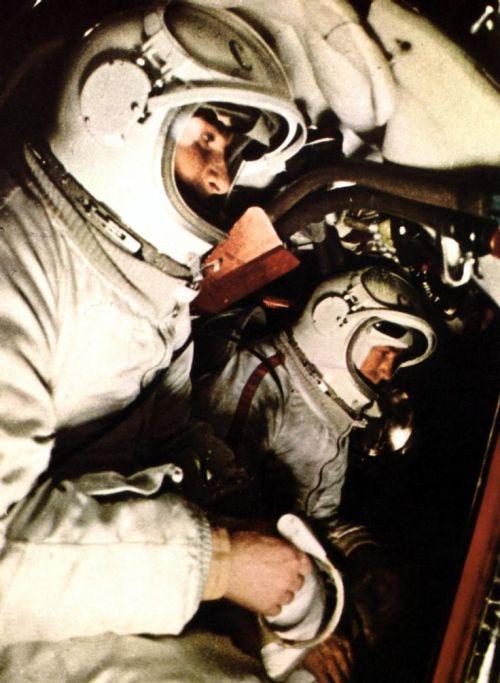 Pavel Belyayev et Alexei Leonov dans le Voskhod 2
