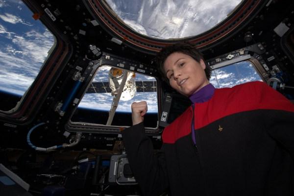 """Samantha Cristoforetti """"Il y a du café dans cette nébuleuse"""" ... euh, je veux dire ... dans ce Dragon."""" après la capture du SpX6 (Credits: ESA/NASA)"""