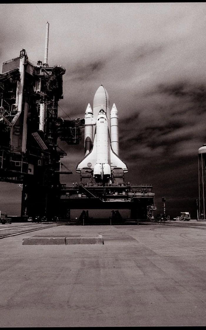 la Navette Atlantis sur le pas de tir en mai 2009 pour la dernière mission de maintenance de Hubble (© Michael Soluri / Infinite Worlds)