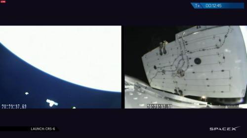 Le Dragon SpX6 juste après séparation du lanceur (à gauche) et (à droite) déploiement d'un des 2 panneaux solaires (source NASA TV)