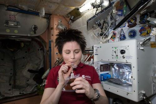 Samantha Cristoforetti savoure sa première boisson produite par l'ISSpresso le 3/05/15 (source NASA)