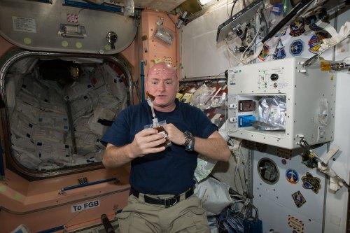 Scott Kelly apprécie sa première boisson produite par l'ISSpresso (source NASA)