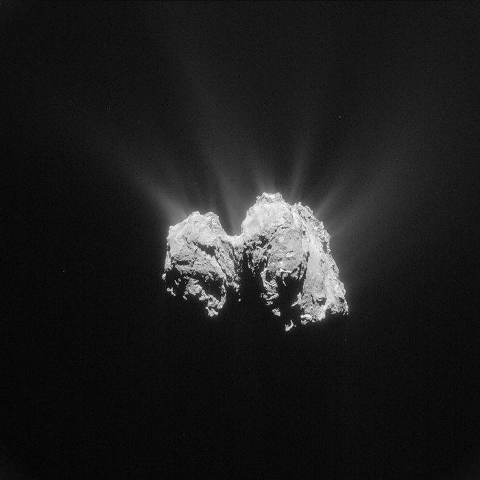 Cette image prise par Rosetta de la comète 67P / Churyumov-Gerasimenko a été réaloisée le 3 mai 2015, à une distance de 135 km du centre de la comète. L'image a une résolution de 11,5 m / pixel (© ESA / Rosetta / NavCam - CC BY-SA 3.0 IGO)