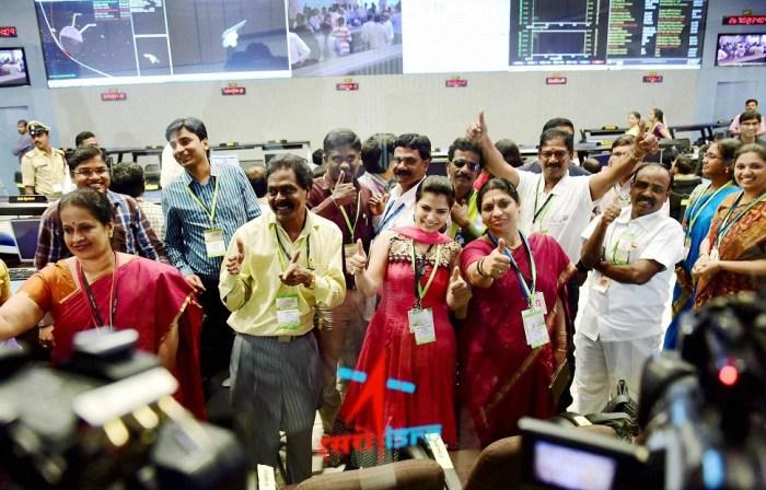 Les scientifiques de l'ISRO célèbrent le succès  de la mise en orbite martienne de  Mars Orbiter Mission (Photo : Shailendra Bhojak)