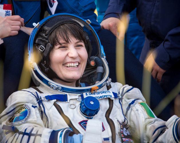 Samantha Cristoforetti tout sourire juste après son retour sur Terre Crédits : NASA/Bill Ingalls)