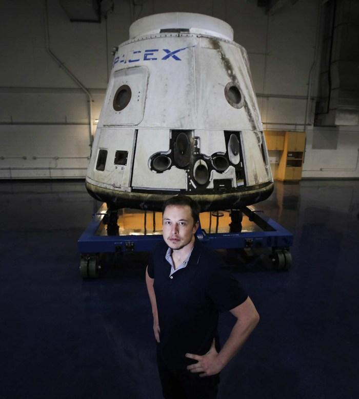 Elon Musk devant le cargo Dragon de SpaceX en avril 2012 (Brian van der Brug/Los Angeles Times/MCT)