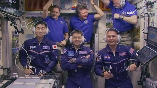 Les 6 membres d'équipage de l'Expedition 44 à bord de l'ISS pour la cérémonie d'acceuil le 23 juillet 2015 :  (de gauche à droite, rangée du bas) Kimiya Yui, Oleg Kononenko et Kjell Lindgren. (rangée du fond, depuis la gauche) Mikhail Kornienko, Gennady Padalka et Scott Kelly. (source  NASA TV)