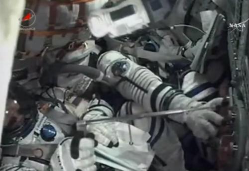 L'indicateur d'arrivée en orbite du Soyouz TMA-17M : une peluche R2D2 (source NASA TV)