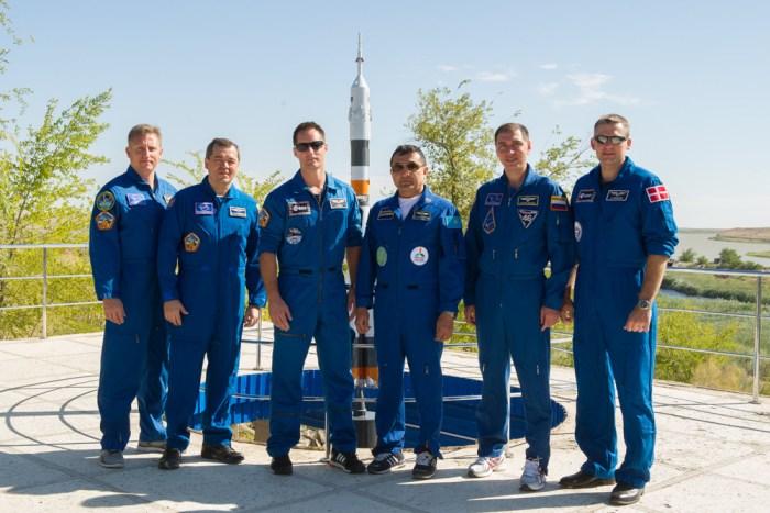 L'équipage Expedition 45 du 2 septembre et l'équipage de réserve; De gauche à droite : les russes Oleg Skripochka et Sergei Prokopiev, le français Thomas Pesquet, le kazakh Aidyn Aimbetov, le russe Sergueï Volkov et le danois Andreas Mogensen (Credit: Gagarin Cosmonaut Training Center)