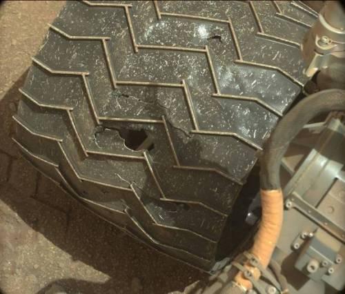 L'une des roues du rover Curiosity sur Mars endommagée. Image prise par Mastcam le 21 Avril 2015 au Sol 962 (Crédit: NASA / JPL-Caltech / MSSS)