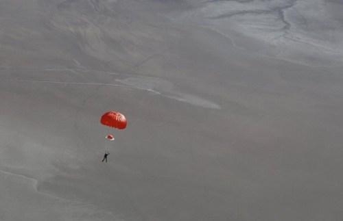Peter Siebold sous parachute après l'explosion en vol du SpaceShipTwo de Virgin Galactic (Crédit: Mark Greenberg / Virgin Galactic / NTSB)