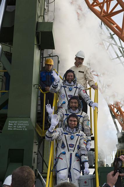 Andreas Mogensen, Aidyn Aimbetov et Sergey Volkov (de haut en bas) juste avant d'embarquer dans le Soyouz TMA-18M le 2/09/15 (Credits Credit: ESA-S. Corvaja)