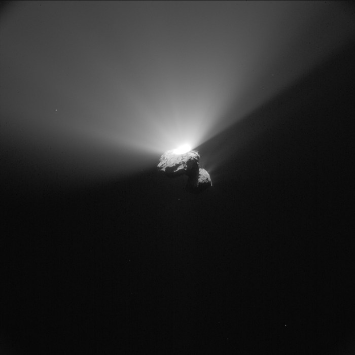 Cette image de la caméra de navigation de Rosetta de la comète 67P / Churyumov-Gerasimenko a été prise le 22 Août 2015, à une distance de 336 km du centre de la comète. L'image a une résolution de 28,6 m / pixel et mesure 29,3 km de large. (© ESA/Rosetta/NavCam – CC BY-SA IGO 3.0)