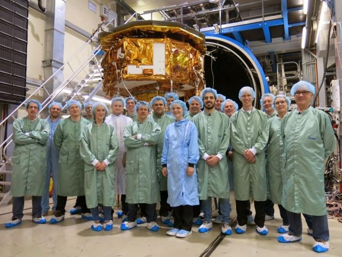 LPF est retiré de la chambre 8 jours plus tard après le test. Le moment est venu pour une photo de l'équipe ! (Crédit : Airbus Defence and Space Ltd)