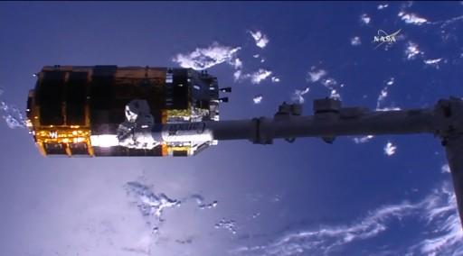 Le bras robotique Canadarm2 va bientôt libérer le cargo japonais HTV-5 (source NASA TV)