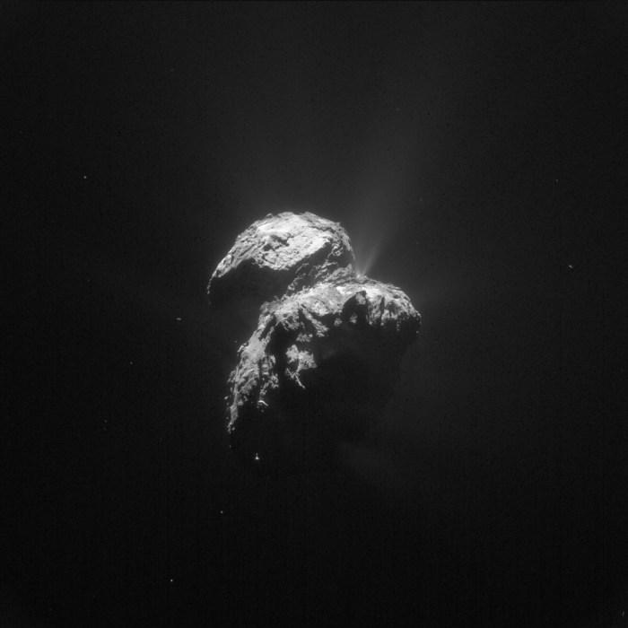 Image améliorée de la comète 67P prise le 22 Novembre 2015 par Rosetta à 127,7 km de distance. L'échelle est de 10,9 m / pixel et l'image mesure 11,1 km de long.(Crédits: ESA / Rosetta / NAVCAM - CC BY-SA 3.0 IGO)