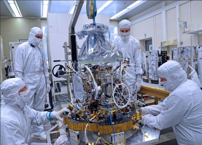 Les ingénieurs intègrent le système LTP (LISA Technology Package) dans la salle blanche de Friedrichshafen (Credit Airbus Defence and Space)