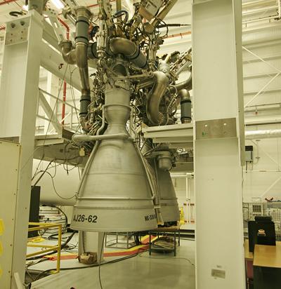 Deux moteurs AJ26 avant leur fixation sur le premier étage d'un lanceur Antares (Credit: Stephen Clark/Spaceflight Now)