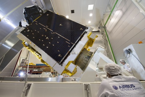 Le satellite Telstar 12 Vantage juste avant son transport sur le site de lancement (Credit : Airbus Defence and Space)