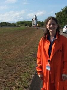 """Vicki Lonnon lors du transfert de la coiffe sur le pas de tir : """"Pas sûre que le orange soit vraiment ma couleur !"""""""