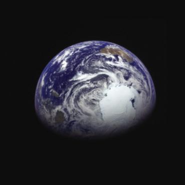 Prise de vue le 4 décembre, à environ 340 000 km de la Terre, par la sonde japonaise Hayabusa 2. Vous pouvez voir le continent australien en haut à droite, et l'Antarctique en bas à droite ( Credit JAXA).